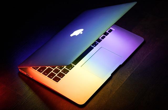 přivřený laptop