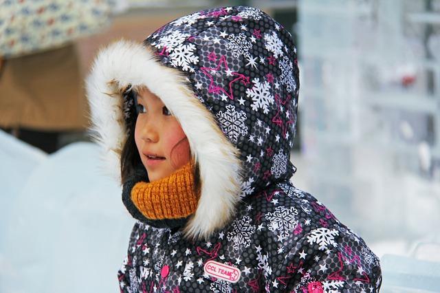 dítě s kapucou