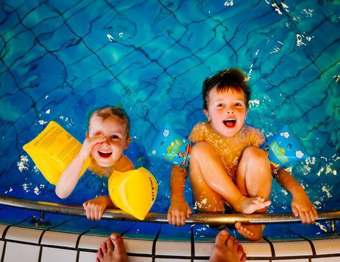 dvě malé děti koupající se v bazénu