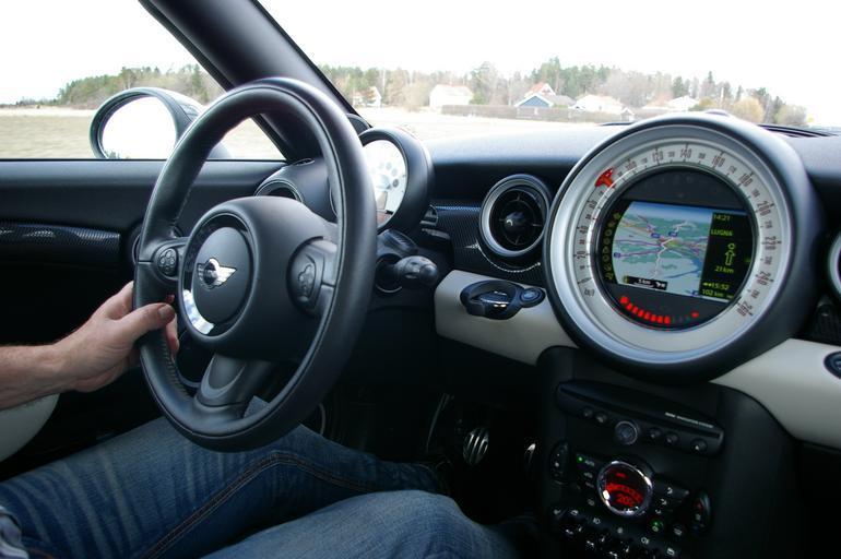 řidič v autě