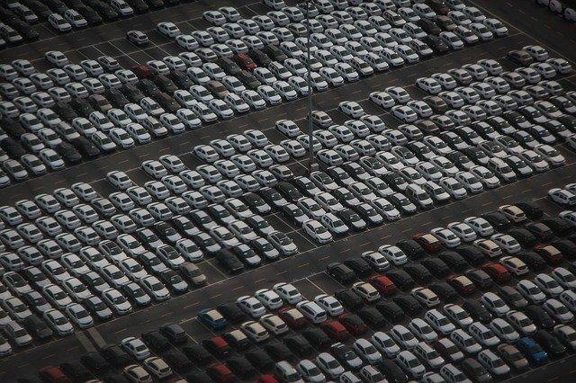 Zaparkované nové automobily.jpg