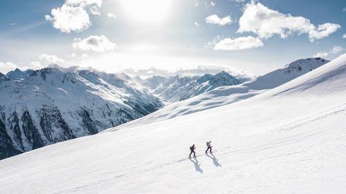 sníh lyžaři